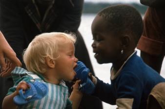 black-white-kids-kiss-africa